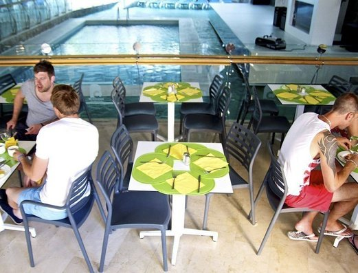 RESTAURANTE AL LADO DE LA PISCINA INTERIOR Apartamentos Benidorm Celebrations™ Pool Party Resort (Adults Only)